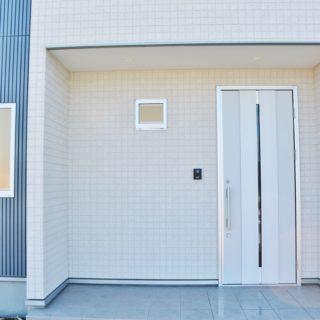 シャープなフォルムが目を引く、景色と調和する家 / 開成町